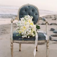 Букет невесты из фиалок и роз на винтажном стуле