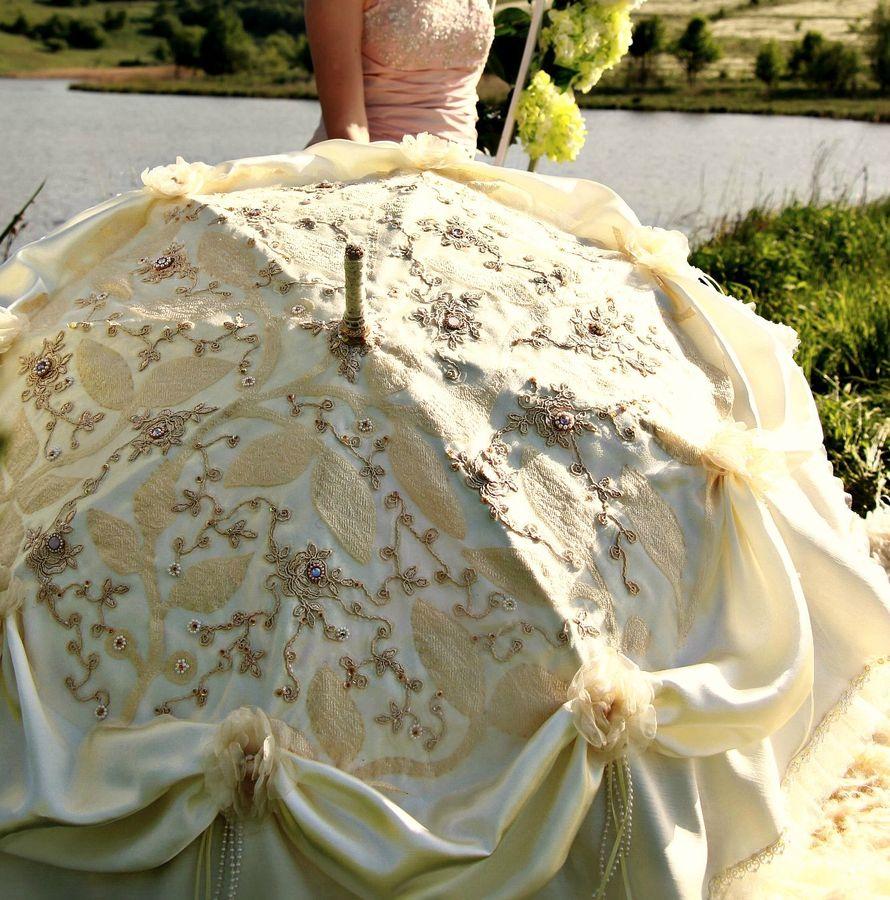 """Атласный свадебный зонт цвета айвори с вышивкой и драпировками, декорированными шелковыми цветами - фото 2540531 Студия декора и цветов """"LaVanda""""(ЛаВанда)"""