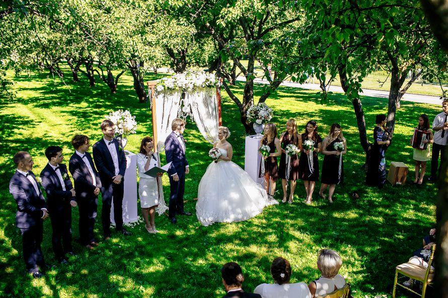 Свадьба в коломенском шатер в яблоневом саду