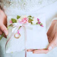 Подушечка для колец в оттенках розового на свадьбе Александра и Евгении