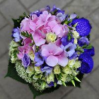 Букет невесты из гортензий, голубых орхидей, эустом в сиренево-розовых тонах, белых роз и аммии