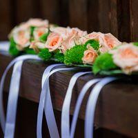 Розово-зеленые браслеты из живых цветов для подружек невесты