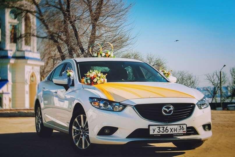 """Белый автомобиль на фоне деревьев, украшенный букетом разнообразных цветов, с длинным шлейфом желтого цвета через весь капот, на - фото 2621653 Компания """"Кортеж"""" - авто на свадьбу"""
