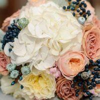 красивый букетик из гортензии, французских роз, ягод вибурнума и эвкалипта!