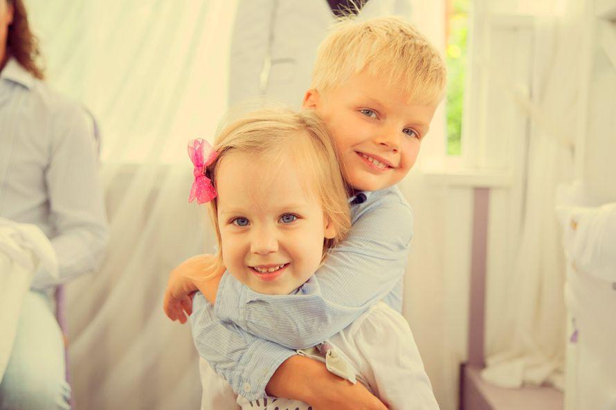 Светленький мальчик в голубой рубашке обнимает девочку в белом платье и с розовым бантиком  - фото 2625091 Александр Высокин, фотограф