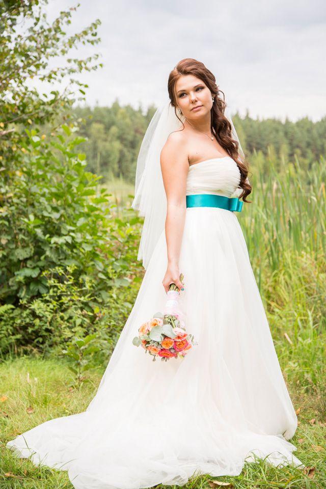 Невеста в платье А-силуэта со шлейфом и изумрудной лентой на талии - фото 2625141 Александр Высокин, фотограф