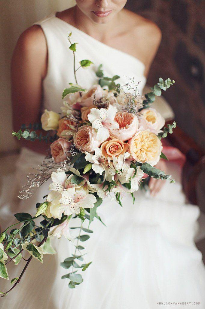 Каскадный букет невесты из розовых и оранжевых роз, зеленого эвкалипта, и белых альстромерий  - фото 2327930 Weekend Montenegro - свадьбы в Черногории