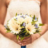 Букет невесты из белых гербер и синих цветов