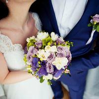 Букет невесты и бутоньерка жениха из белых фрезий, сиреневых роз и зеленых гортензий