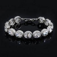 Цена: 706 грн. Праздничный браслет с белыми кристаллами Сваровски. Браслет оснащен надежной и практичной застежкой. Длина изделия составляет 18,5 см.