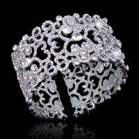 Цена: 603 грн. Праздничный браслет с кристаллами Сваровски белого цвета.  Длина - 18,3 см., высота - 3,5 см., диаметр - 5,5 см.