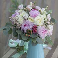 Букет собран из бархатных пионов, ароматной розы, нежной эустомы.