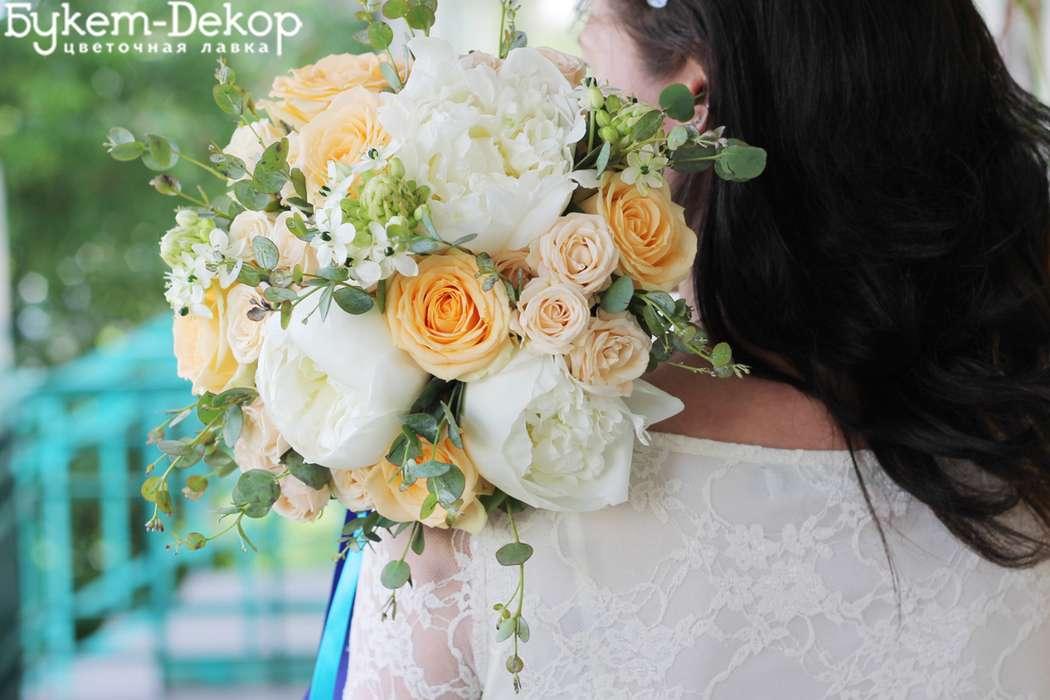 нежный персиково-белый букет невесты - фото 11533640 Цветочная лавка Букет-dекор