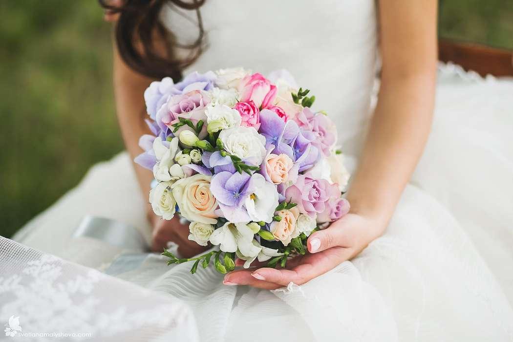 Букет невесты из белых фрезий, сиреневых гортензий и розовых и белых роз - фото 2939029 Свадебный  фотограф Светлана Малышева