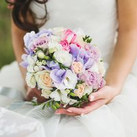 Букет невесты из белых фрезий, сиреневых гортензий и розовых и белых роз