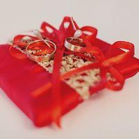 Красно-золотая подушечка для колец