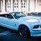 Ford Mustang. Культовый белый кабриолет с откидным верхом и кожаным салоном в черном цвете - смотрится очень эффектно! Для прогулок и праздников. От 1500 руб./час