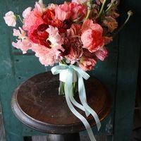 Розовый асимметричный букет невесты из пионов и фиалок