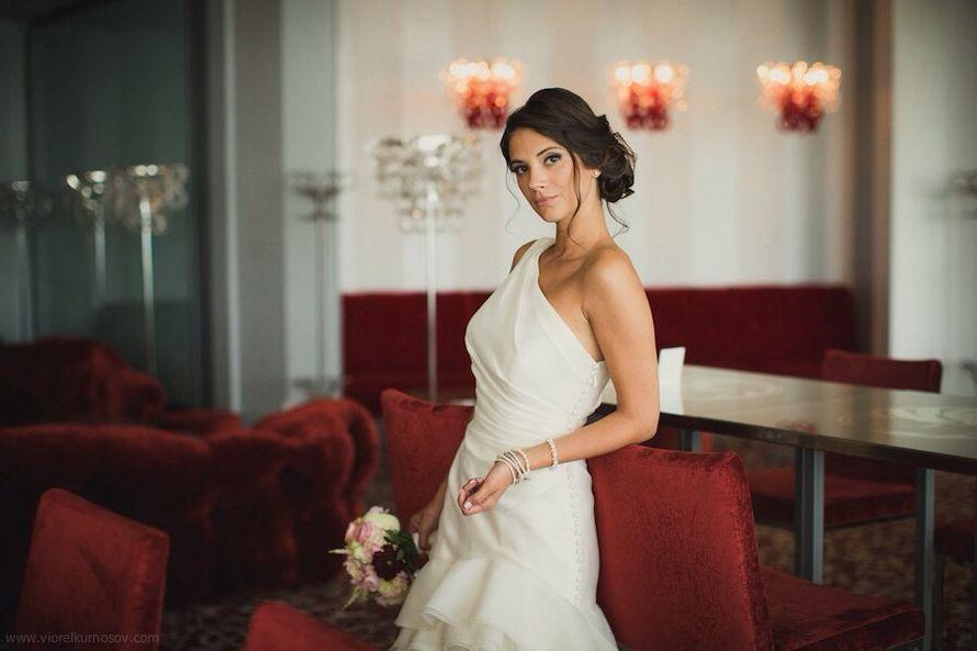 Невеста в платье А-силуэта с юбкой из рюш со шлейфом и гладким корсетом с бретелью на одно плече   - фото 2716365 Свадебный бутик Mane