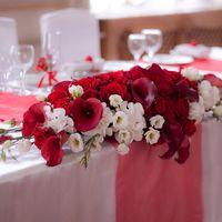 Оформление стола молодых живыми цветами
