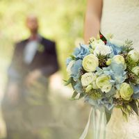 Бело-голубой букет невесты из гортензий, роз, ранункулюсов и хамелациума