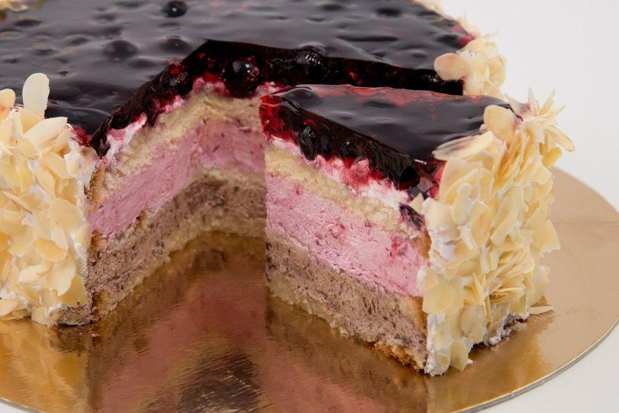 Торт с бисквитными коржами, прослойкой из взбитых сливок, украшенный ягодным желе и миндальными хлопьями - фото 2739455 Сан Круа,кафе  - кондитерская, торты на заказ