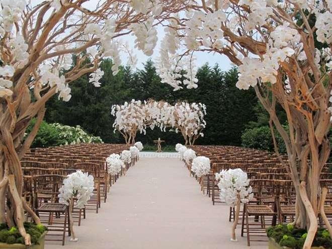 Квадратная арка с композицией из живых цветов, на фоне коричневых стульев в белых цветах - фото 2763029 Добрый Фей - организация свадьбы