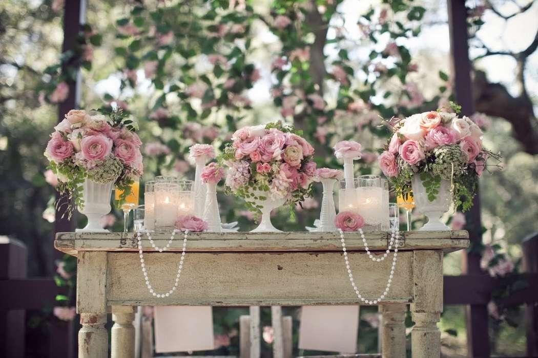 Букеты из розовых, белых и кремовых ранункулюсов, розовых роз-спрей, амми и зелени в белых вазах. - фото 2763089 Добрый Фей - организация свадьбы