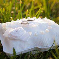 Белая подушечка с розой для колец