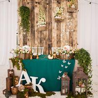 Деревянный фон для президиума с ящиками для цветов
