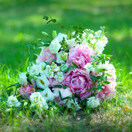 Каскадный свадебный букет из розовых пионов