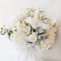 Белоснежный букет невесты из гортензий и фиалок