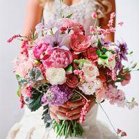 Яркий букет невесты в розово-сиреневых тонах в стиле Шебби Шик