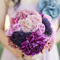 Букет невесты в сиренево-фиолетовых тонах из роз и астр