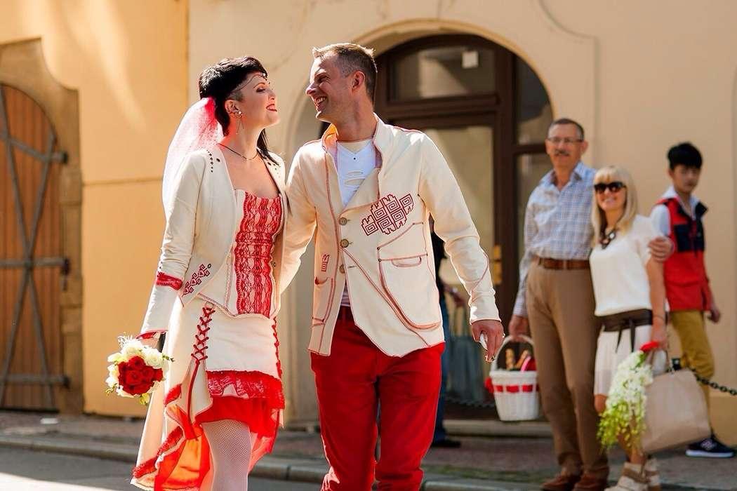 Жених и невеста, прислонившись друг к другу, стоят на фоне здания и гостей - фото 3063527 Визажист Angelie Blazinski