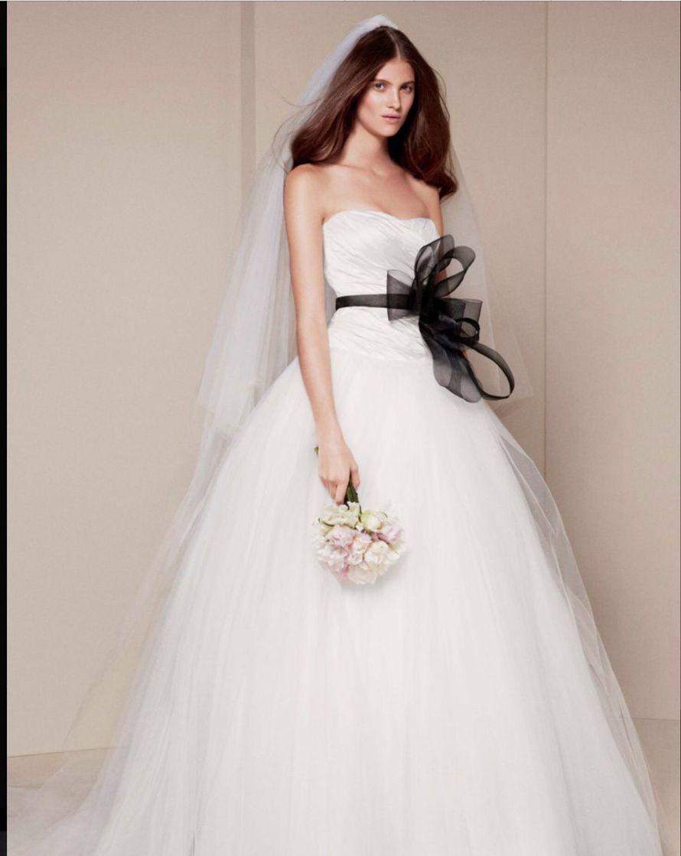 Невеста в пышном белом платье от Веры Вонг с юбкой из 10 слоев фатина и корсетом из тафты с драпировкой, на талии черный пояс с - фото 2818115 Destiny dress - show room, свадебные платья