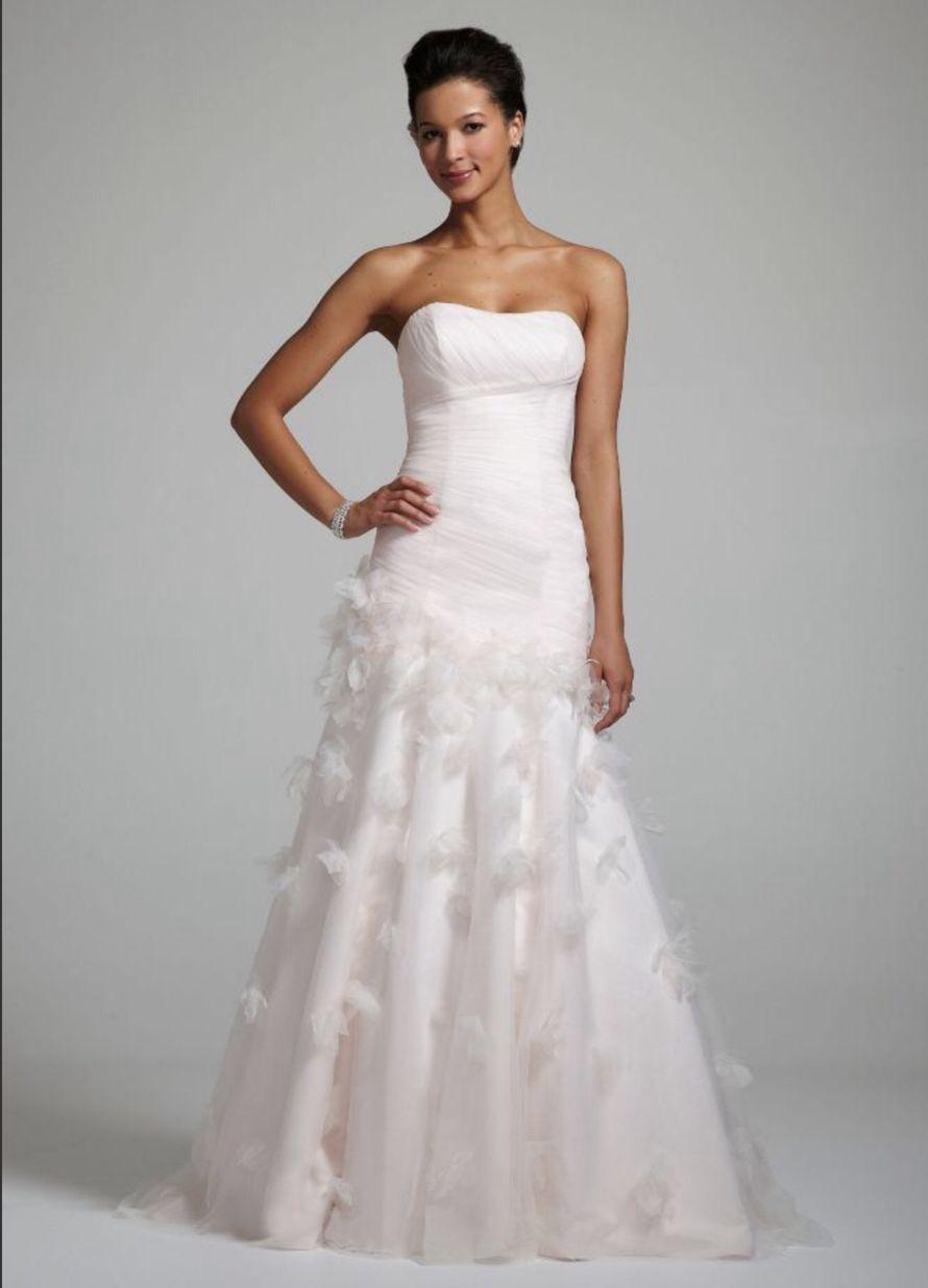 Невеста в прямом платье с заниженным корсетом с драпировкой и декором из лепестков на юбке  - фото 2818117 Destiny dress - show room, свадебные платья