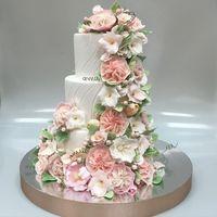 Свадебный торт с сахарными цветами кондитерской Колесо времени - заказ на сайте.