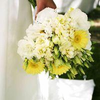 Букет невесты из желтых гербер и белых эустом
