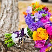 Яркий букет невесты из сиреневых гортензий, желтых фрезий, желтых и розовых роз