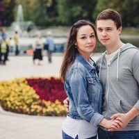 фото влюбленной пары на прогулке в парке