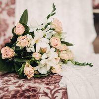 свадебный букет из белых фрезий и кремовых роз