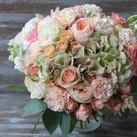 Букет невесты из гортензий и пионовидными розами в розовых тонах
