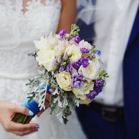 Букет невесты из сиреневых фиалок и голубых гортензий