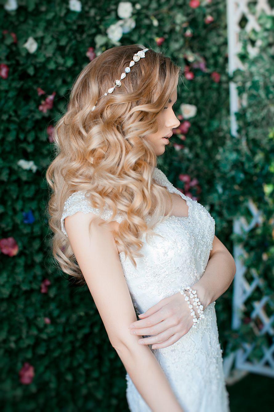 Невеста с прической из распущенных голливудских локонов с повязкой - фото 2879137 Мастер причёски и макияжа Старостина Наталья