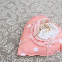 Розовая подушечка для колец в виде сердца