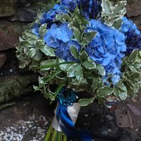 Букет невесты из голубых гортензий, хризантем и зеленого лигуструма