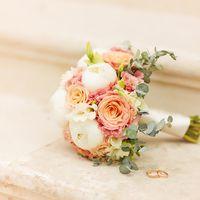 нежный букет из пионов и роз