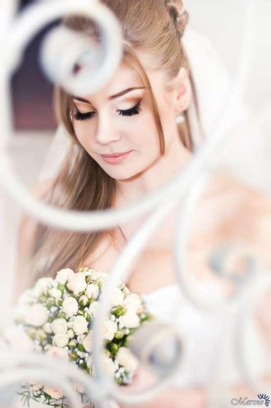 Невеста в нежном образе с букетом белых роз в американском стиле. - фото 2907221 Визажист Виктория Вишня