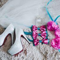 Белые туфли невесты а-ля Daffodile, белая газовая фата, парфюм Miss Dior cherry, венок из искусственных роз и тканевые бантики голубого и бордового цветов, на меховом покрывале